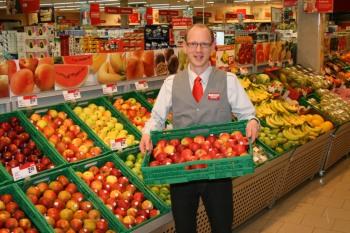 Marktleiter Christoph Materne stellt höchste Ansprüche an die Qualität und Frische in der großen Obst- und Gemüseabteilung. Wir bieten täglich eine große Auswahl an verzehrfertigem Obst und Gemüse. An unserer Salatbar können sich die Kunden Ihren gesunden Pausensnack auch selber zusammenstellen